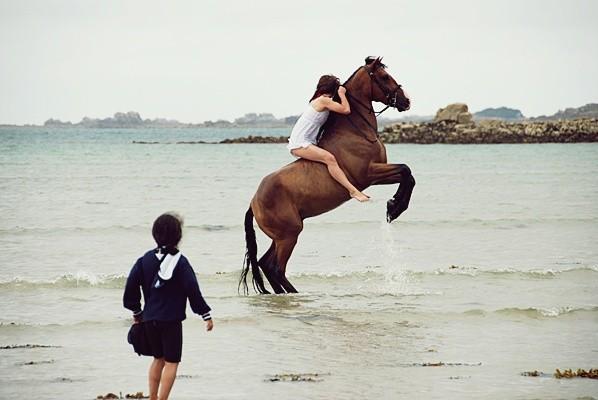 Elle les hommes à cheval à cru