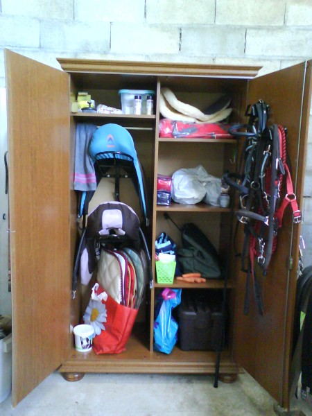 cr e sont propre armoire de sellerie. Black Bedroom Furniture Sets. Home Design Ideas